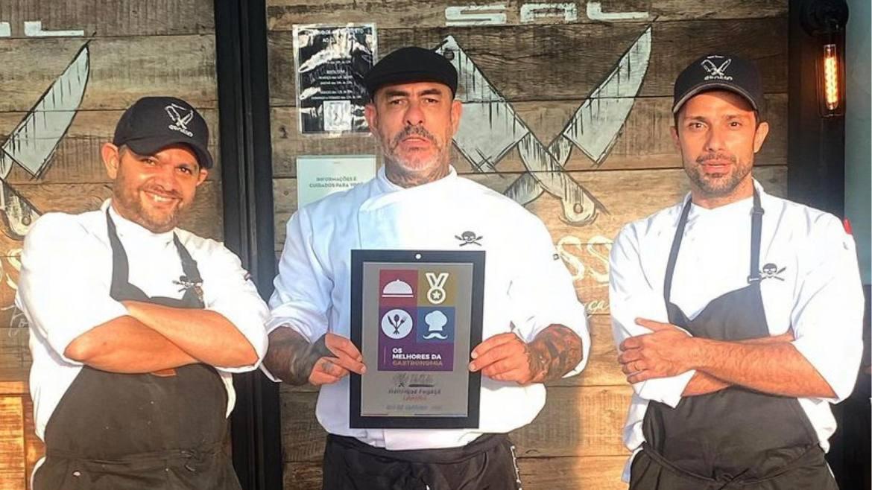 Henrique Fogaça recebe prêmio de melhor restaurante ao lado de seus parceiros de trabalho. Fonte: Instagram