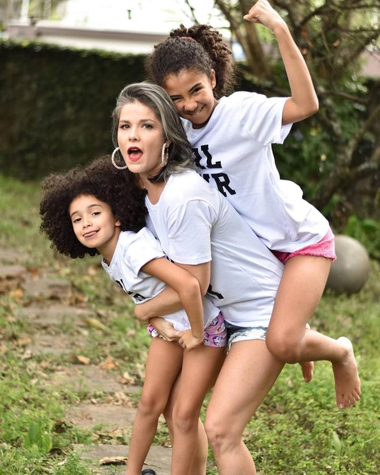 Foto da atriz e suas filhas.
