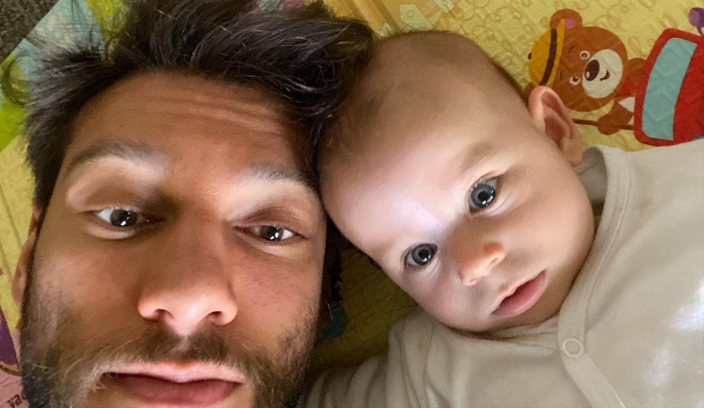 Foto de Lucas Lucco e seu filho, Luca.