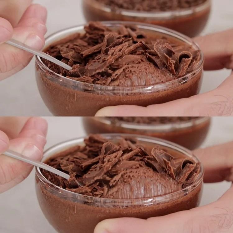 Foto de copo com mousse de chocolate.