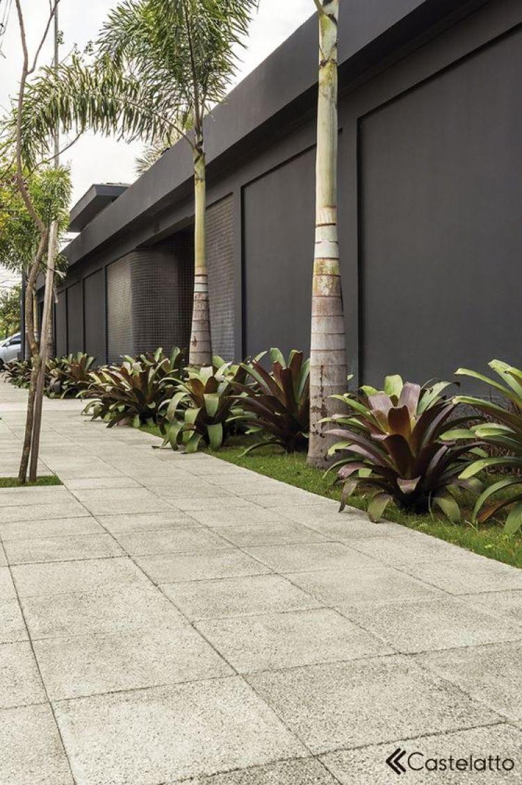 Muro residencial preto.