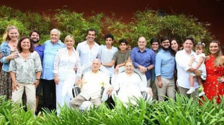 Orlando Drummond ao lado da esposa, filhos, netos e bisnetos. Fonte: Reprodução
