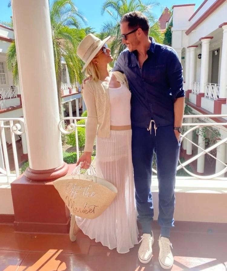 Foto de Paris Hilton e seu noivo.