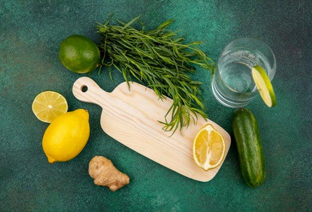 estragão em cima da mesa com limão e pepino