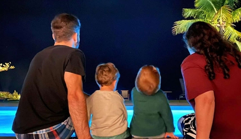 Foto de Thales Bretas, seus filhos e Ju Amaral.