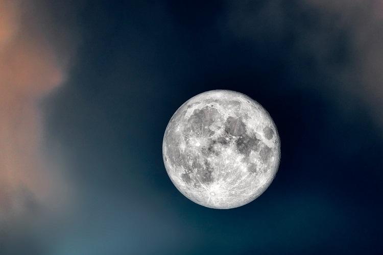 Foto do céu noturno com lua cheia