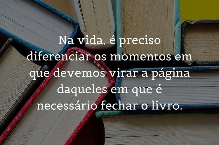 mensagem motivacional escrita sobre fundo com foto de livros coloridos