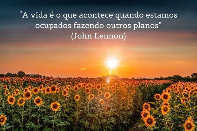 frase de John Lennon com campo de girassóis ao fundo
