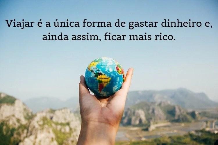 foto de mão segurando globo terrestre com frases de viagem em cima