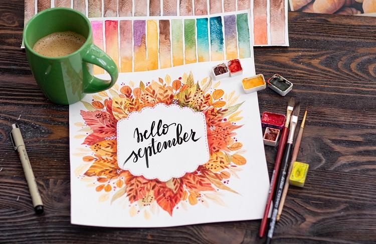 """Foto de papel com aquarela onde se lê """"Hello September"""""""