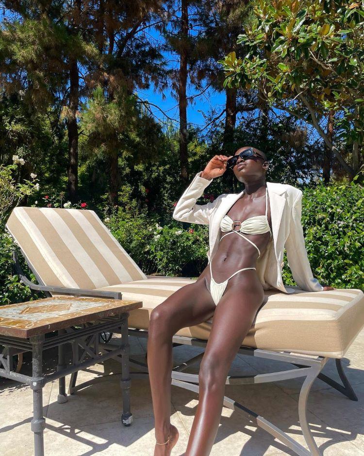 moda praia verão 2022/ mulher negra de biquíni
