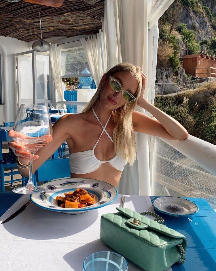 moda praia verão 2022/ mulher branca de biquíni