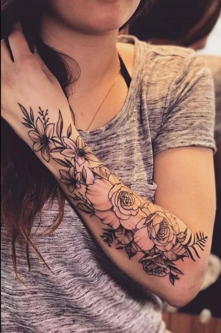 tatuagem feminina no braço/ rosas