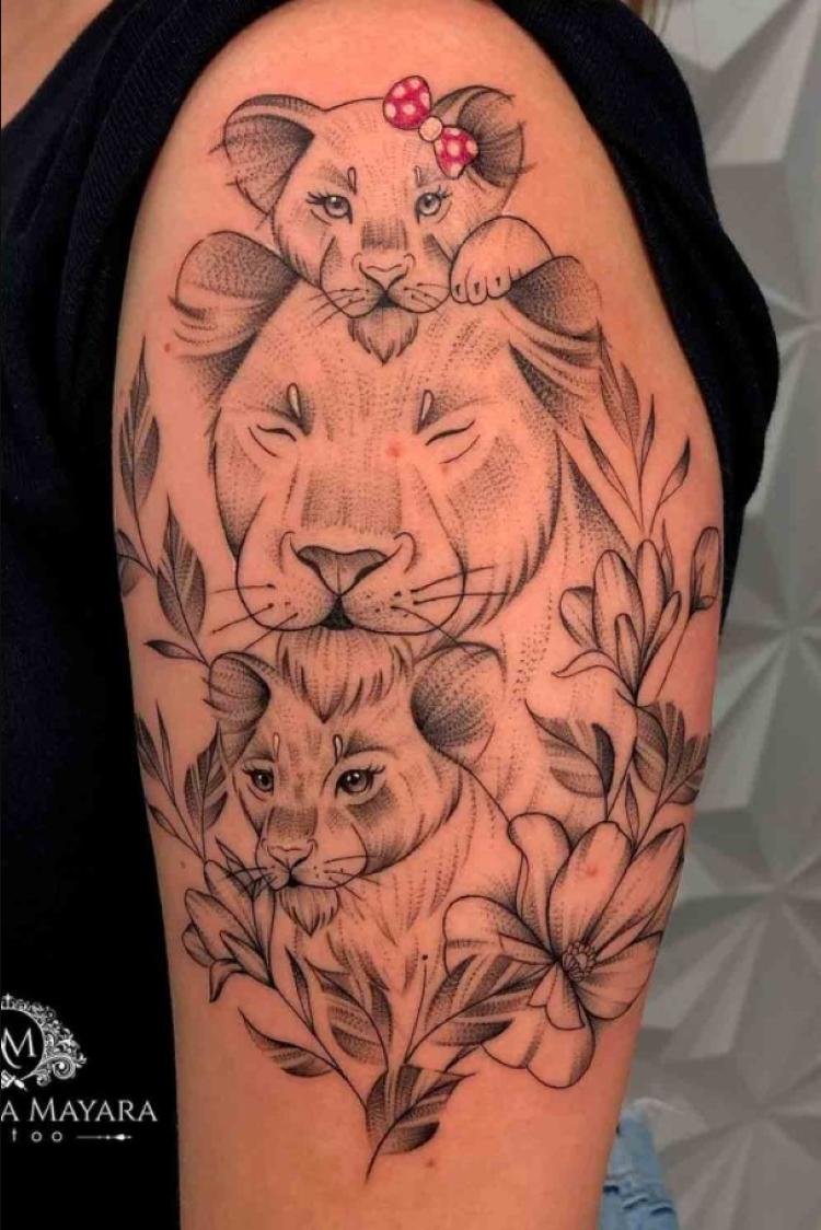 tatuagem feminina no braço/ leoas e filhotes