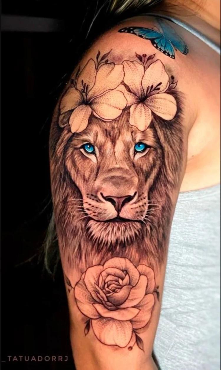 tatuagem feminina no braço/ leões e flores