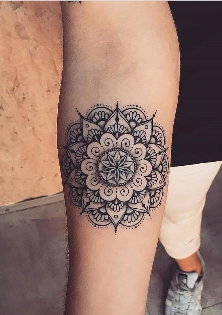 tatuagem feminina no braço/ mandala