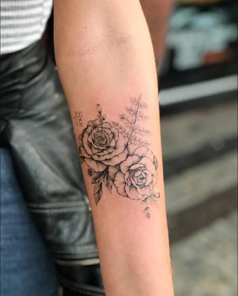 tatuagem feminina no braço/ flor delicadas