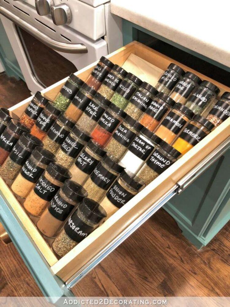 Armário de cozinha organizado até as gavetas.
