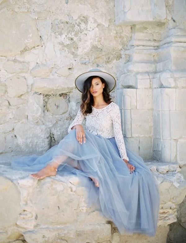 roupa azul serenity com blusa branca
