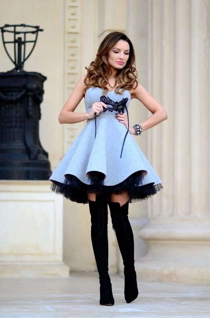 mulher com vestido azul serenity