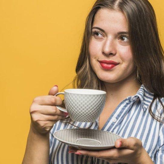 Mulher pensando e tomando chá de eucalipto