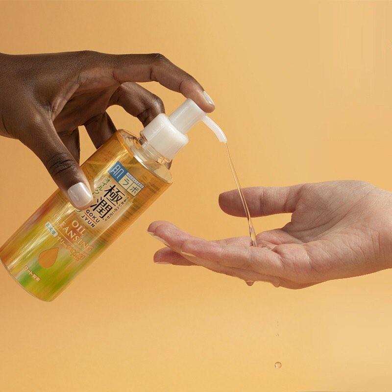 Aplicação de Cleansing oil nas mãos