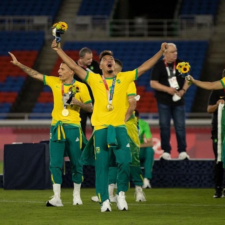 Foto de jogadores do time brasileiro de futebol masculino nas Olímpiadas de Tóquio.