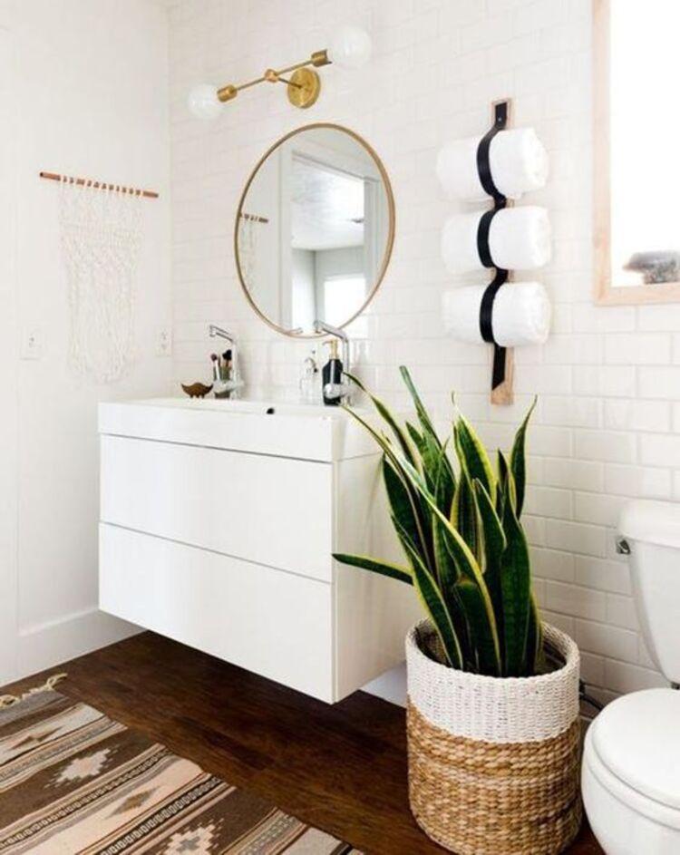 Banheiro com medicina do ambiente.