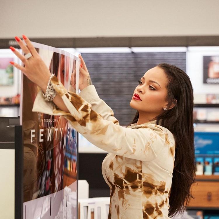 Foto de Rihanna na Fenty Beauty.