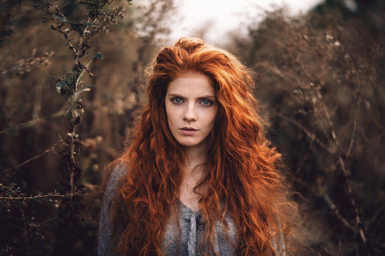 ruiva de cabelos compridos
