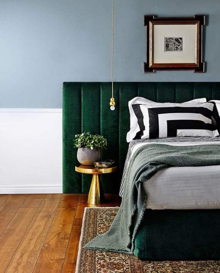 Cabeceira de cama de veludo.