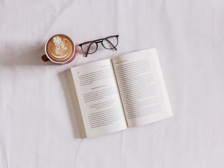 Foto de livro aberto visto de cima