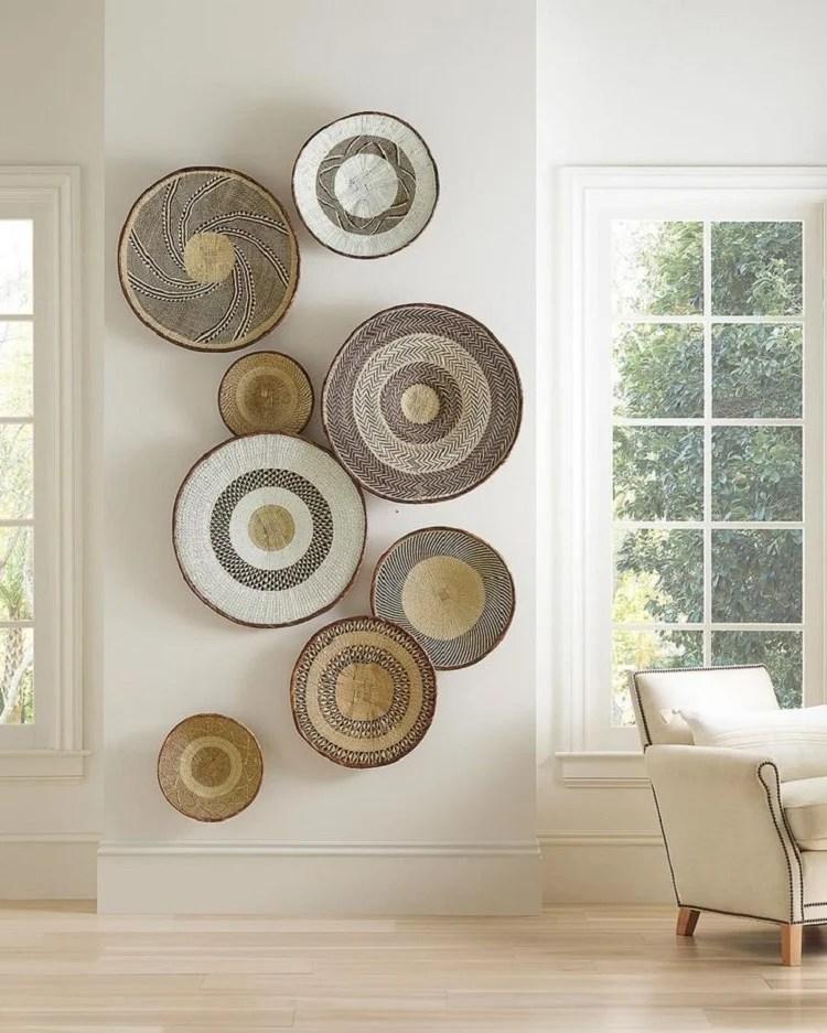 Foto de parede entre janelas com composição de cestas