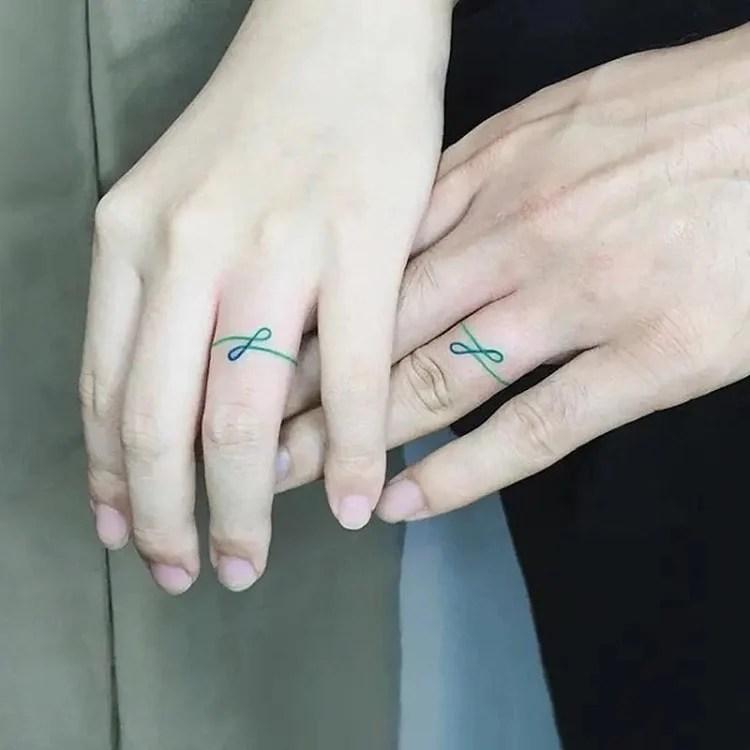 Tatuagem de casal com inicial