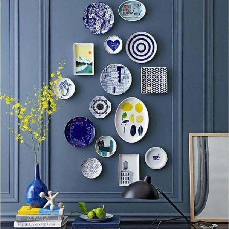 Foto de parede azul com pratos de louça