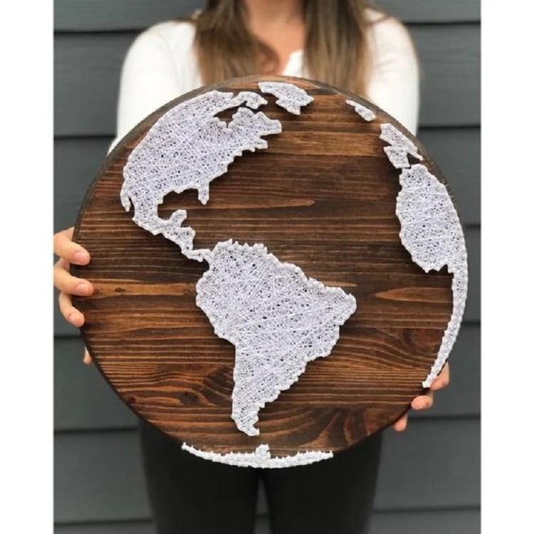 Foto de artesanato com barbante e prego em tábua de madeira