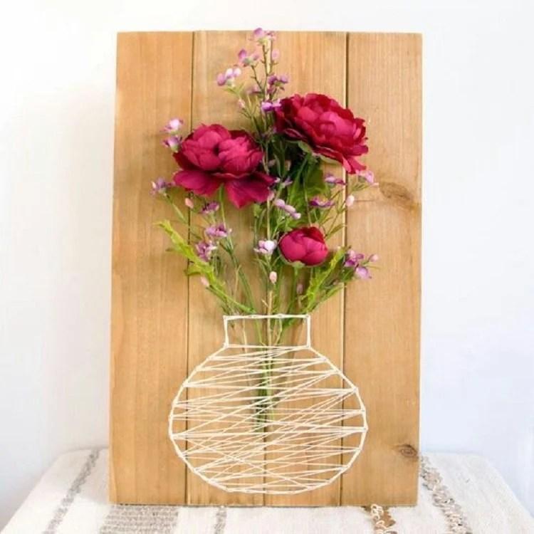 Foto de artesanato com barbante e prego em tábua de pinus