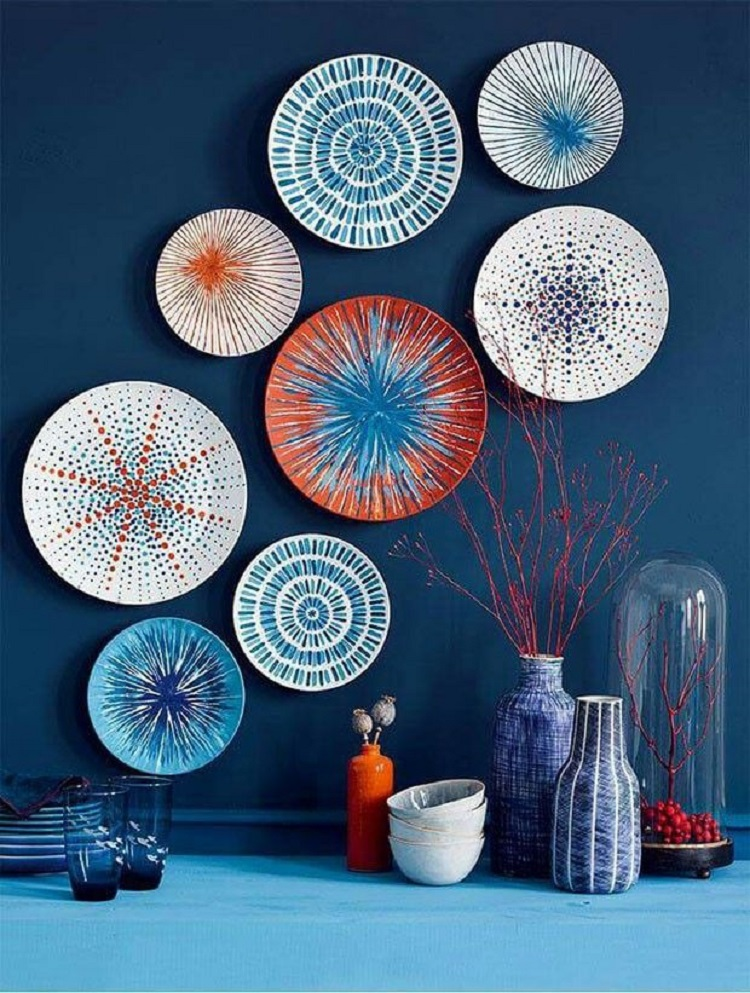 Foto de pratos brancos, laranjas e azuis