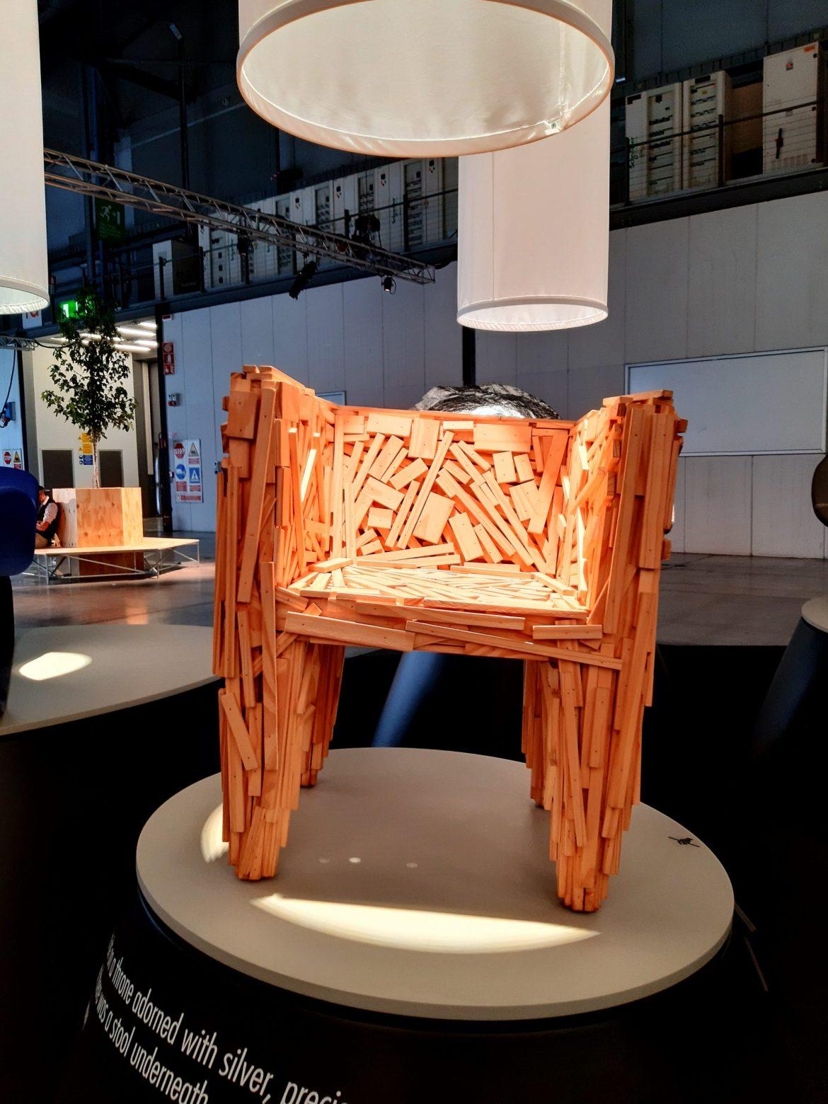 Cadeira favela do designer Humberto Campana em exposição no Salão de Móveis de Milão 2021