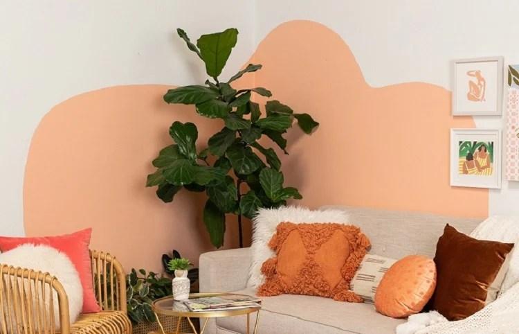 Sala de estar com parede decorada com pintura abstrata