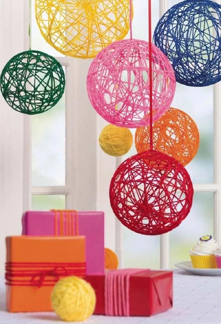 Foto de móbile colorido com bolas de barbante e cola