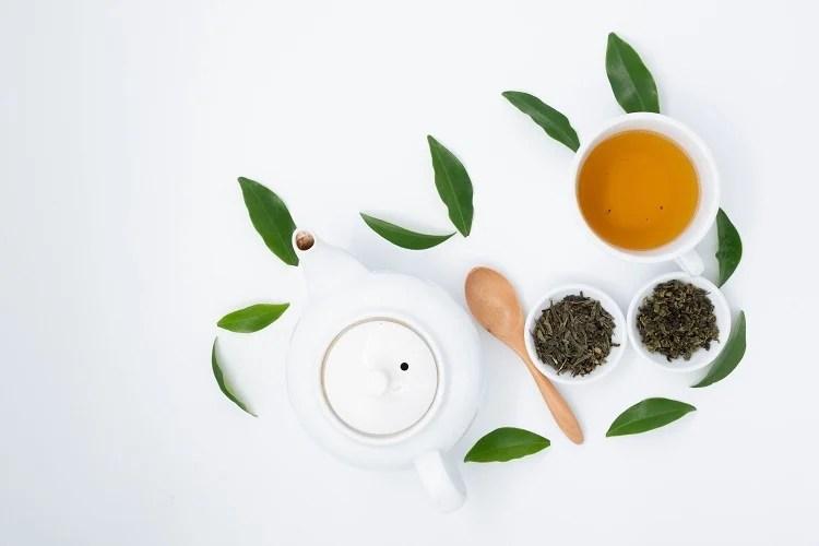 Foto de chá verde para emagrecer em xícara branca