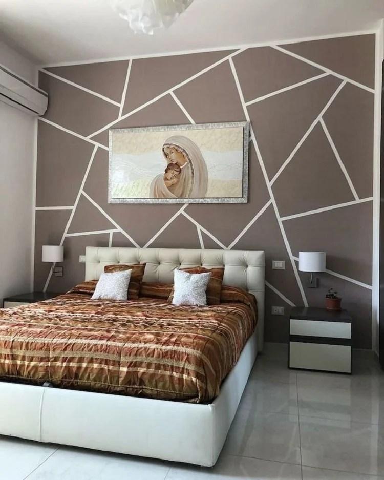 Foto de quarto de casal com parede geométrica