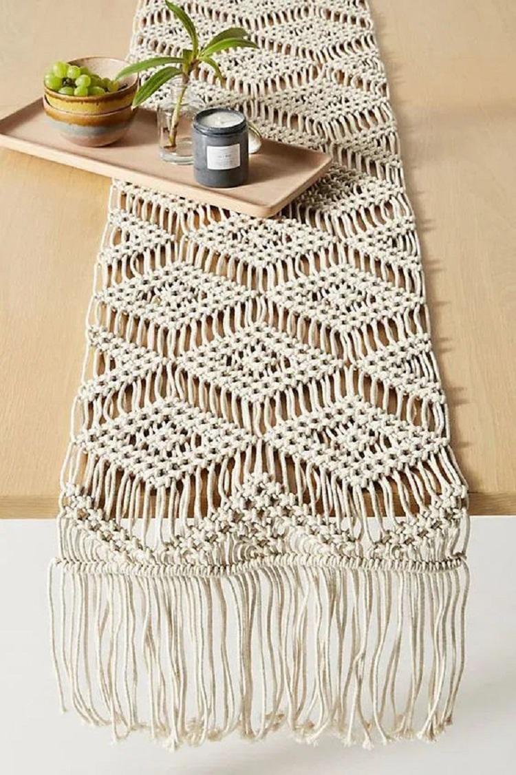 Foto de caminho de mesa feito de macramê