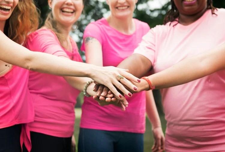 Foto de mulheres vestidas de rosa, calendário de outubro