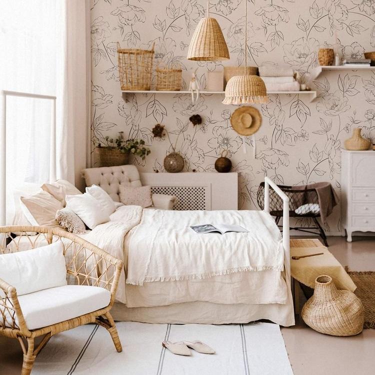 Foto de quarto com papel de parede estampado
