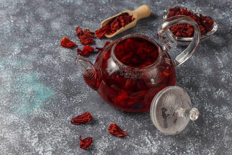 Foto chá de hibisco para emagrecer em bule de vidro