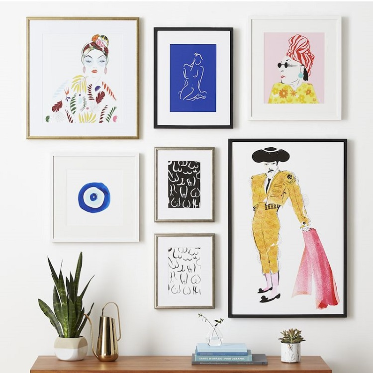 Foto de parede decorada com composição de quadros