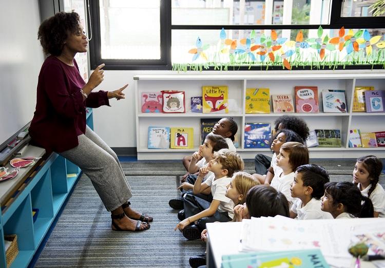 Foto de professora em sala de aula de educação infantil, calendário de outubro
