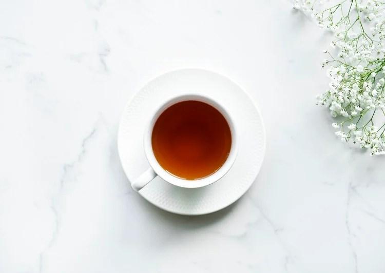 Foto de chá mate para perder peso em xícara de porcelana